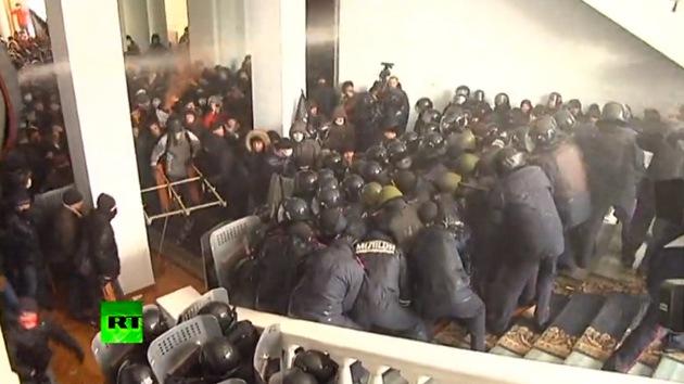 Video: Opositores ucranianos golpean y lanzan objetos a un grupo de policías