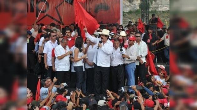 Manuel Zelaya regresa a Honduras y es recibido por miles de partidarios