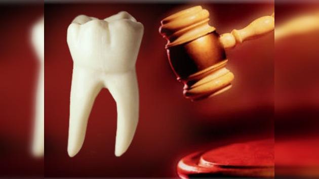 Un dentista pagó más de 30.000 dólares por un diente cariado de John Lennon