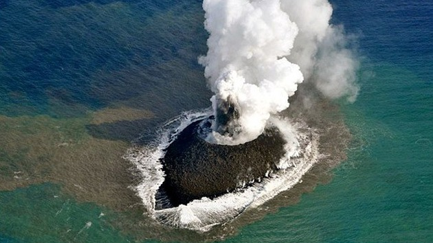 Fotos: Nueva isla que emergió en aguas territoriales de Japón no para de crecer