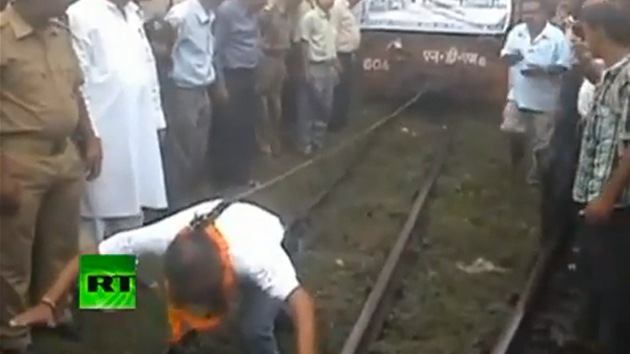 Video: Un indio tira un tren atado a su pelo