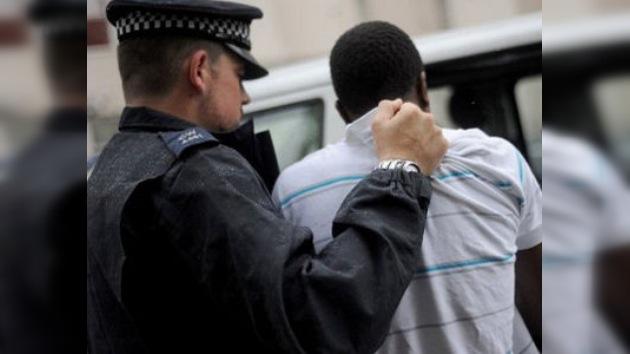 La actitud de la policía británica, fuente de discriminación y disturbios