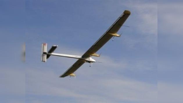 El avión Solar Impulse emprende su primer vuelo internacional