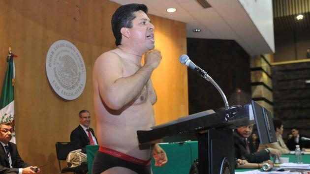 Video: Un legislador mexicano se desnuda hablando sobre la reforma energética