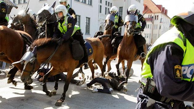FUERTES IMÁGENES: Caballería de la Policía sueca pisotea a manifestantes antinazis