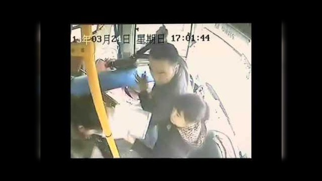 Video: Un conductor chino casi muere cuando un poste atraviesa su parabrisas