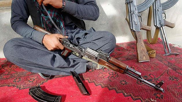 """Policías afganos venden armas a los talibán para """"dar de comer a sus familias"""""""