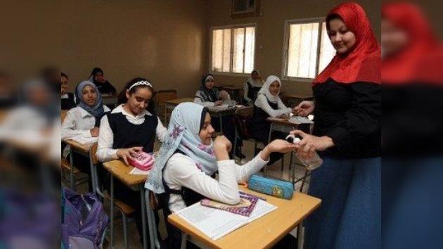 Egipto prohíbe que sus profesores lleven 'jeans' y adornos a las escuelas