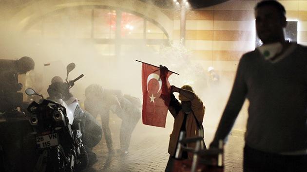 FOTOS:La Policía turca dispersa con gas pimienta y cañones de agua a los manifestantes en Estambul
