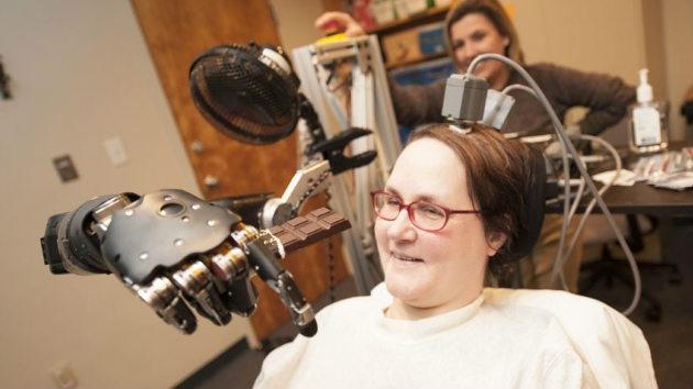 Una tetrapléjica mueve con la mente la mano-robot que le tiende la ciencia