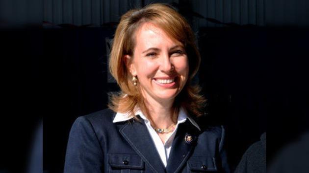 La senadora Giffords podría asistir al despegue de su esposo astronauta
