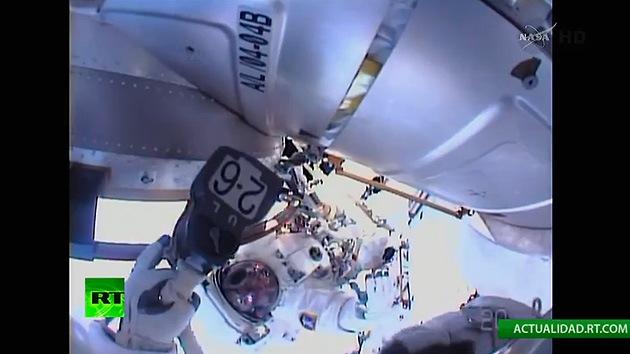 Realizan con éxito una caminata espacial para reemplazar un dispositivo de la EEI