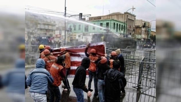 Manifestantes y policía se enfrentan en Chile