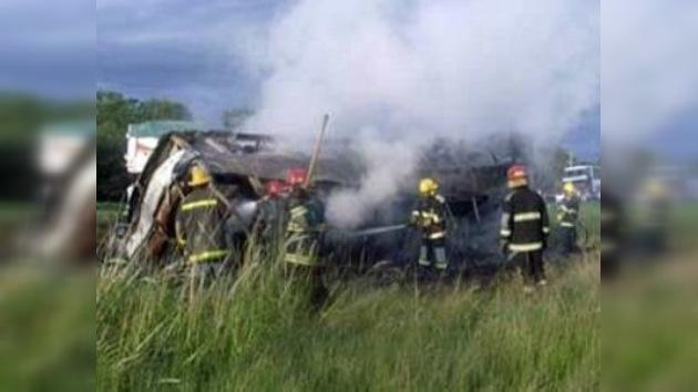 En Argentina el choque de un autobús y un camión deja nueve muertos