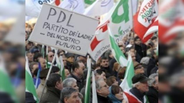 Masiva manifestación de la oposición contra Berlusconi en Roma