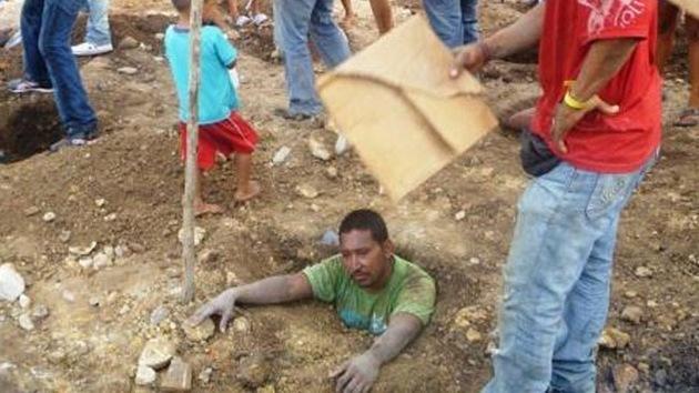Enterrados vivos, en protesta por un desalojo