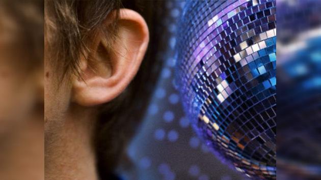 DJs sordos tocan y bailan en una discoteca moscovita al ritmo de bongos