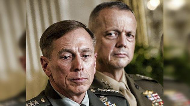 David Petraeus entrega el mando de la OTAN en Afganistán a John Allen