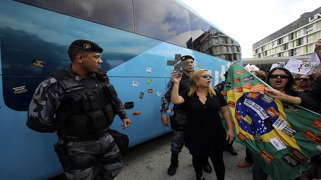 """Asaltan el autobús de la selección brasileña: """"¡No habrá Copa del Mundo!"""""""