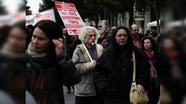 Miles de griegos asisten a la primera gran protesta contra Papademos