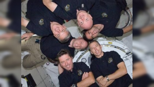 El transbordador estadounidense Endeavour regresa a la Tierra de su última misión