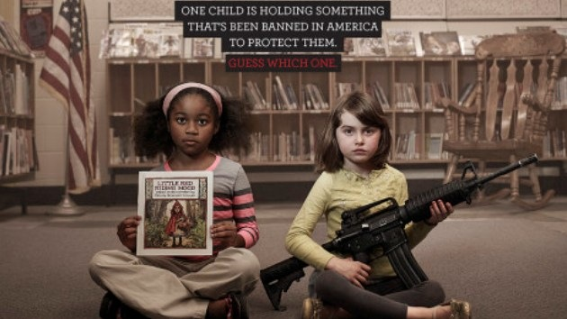 Una campaña con niños armados retrata la absurda legislación de armas de EE.UU.