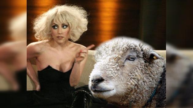 Traje verde y un carnero como 'accesorio' para Lady Gaga