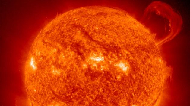 Video: El ardiente 'abrazo' del sol al cosmos