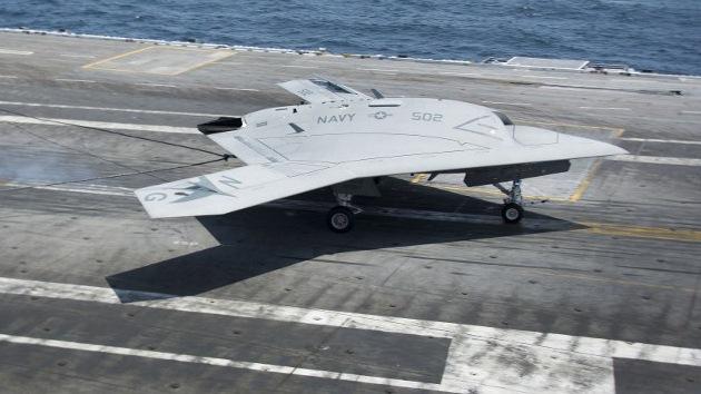 Video: Un drone de EE.UU. realiza con éxito su primer aterrizaje en un portaaviones