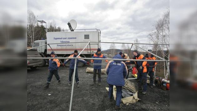 Equipos de rescate descienden a la mina para evacuacar a los mineros