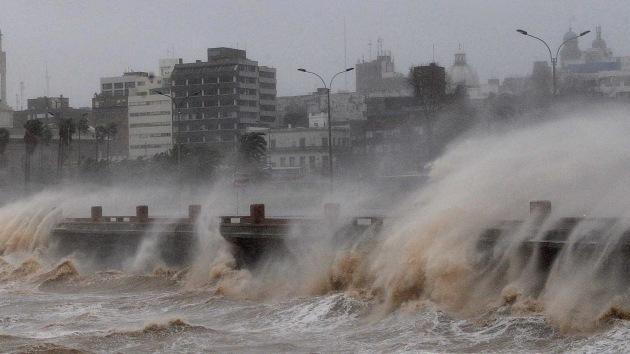 Fotos: Fuertes tormentas dejan sin luz a 140.000 personas en Uruguay