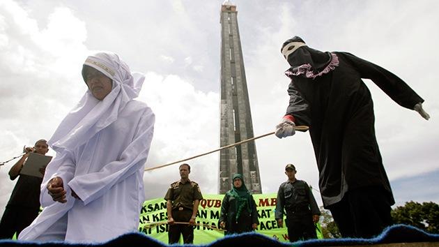 Una indonesia violada por 8 hombres podría ser condenada a recibir azotes con vara