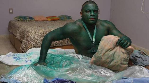 Un maquillaje resistente convierte a un brasileño en el increíble Hulk