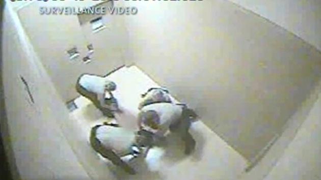 Video: Policías de EE.UU. desnudan a una mujer detenida por conducir bebida