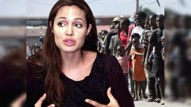 Angelina Jolie con las víctimas de Haití