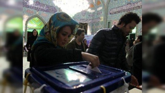 Irán acude a las urnas: dos partidos conservadores pugnan por controlar el Parlamento