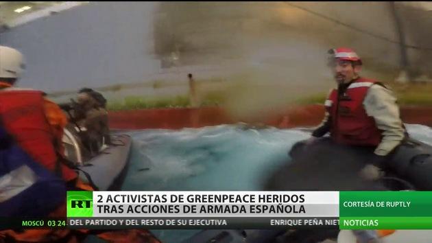 Dos activistas de Greenpeace heridos tras acción de Armada española