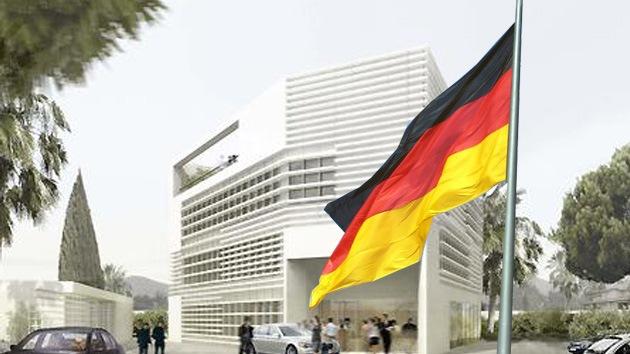 Video: Un 'indignado' retira la bandera de la Embajada alemana en Chipre