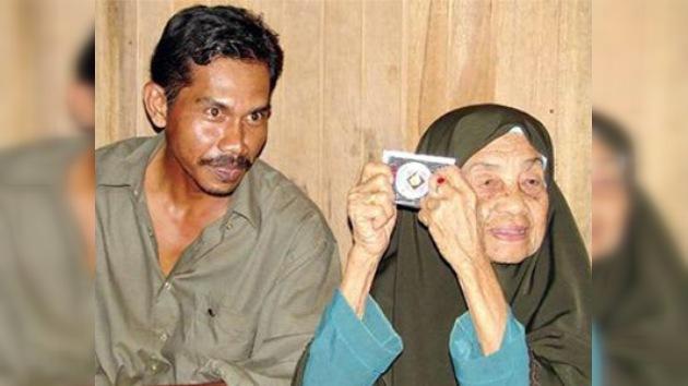 Una mujer malaya de 108 años se reúne con su marido de 38
