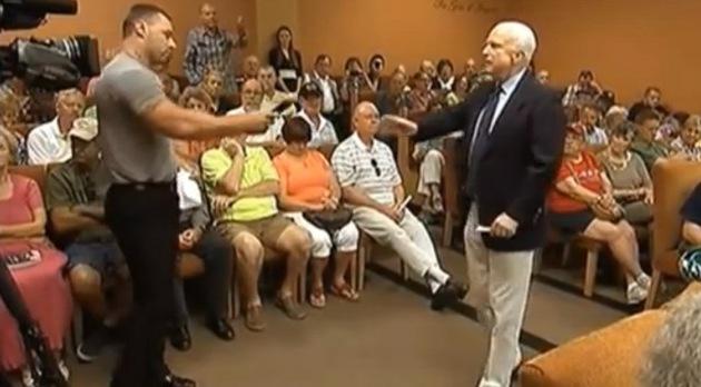 """""""Les detendría y juzgaría a todos ustedes por traición, señor McCain"""""""