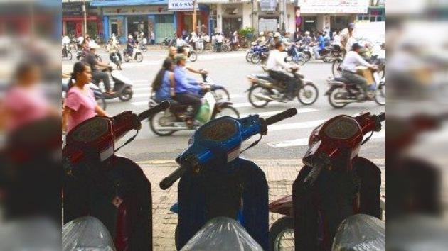 Motoristas ilegales son 'pescados' por la policía en Vietnam