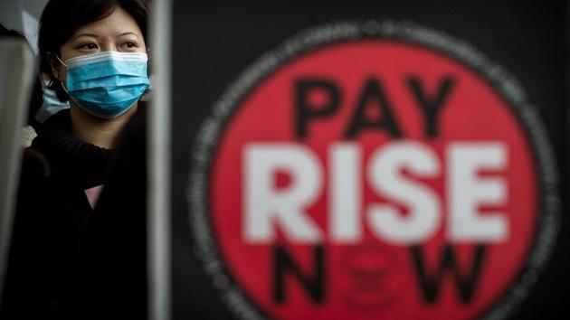 Las azafatas de Cathay Pacific convocan una 'huelga de sonrisas'