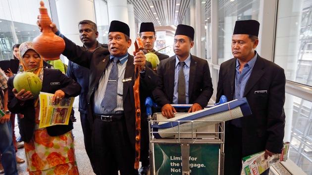 Video: Malasia recurre a un chamán para que arroje luz sobre el destino del vuelo MH-370