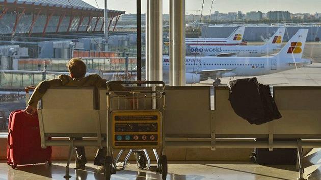 Un pasajero muere desatendido en el aeropuerto de Madrid por miedo al ébola