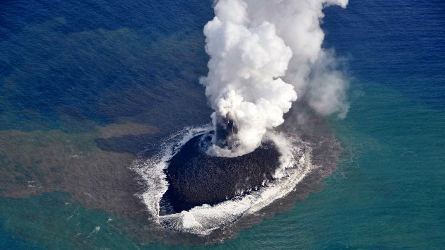 Video: La nueva isla de Japón 'nacida' de la erupción de un volcán duplica su tamaño