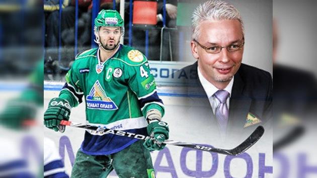 Un jugador de hockey golpea con el palo a su entrenador