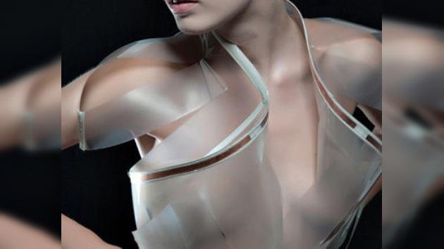 Un vestido transparente que desvela hasta las emociones de quien lo lleva