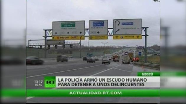 Policías de tráfico rusos usaron coches de civiles como escudo