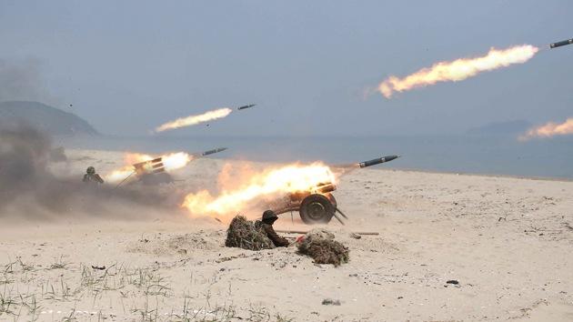 Corea del Norte ha lanzado más de 100 cohetes al mar
