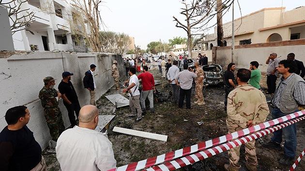 Fotos, video: Explota un coche bomba frente a la embajada de Francia en Libia